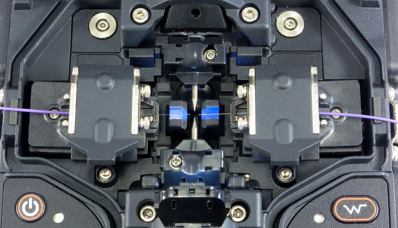Photo 2: Les fibres (coupées et propres) doivent être positionnées sur le V-Groove, et les chariots sont fermés pour le blocage de celles ci.