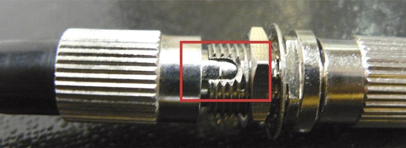 El conector ha de encajar recto en la muesca